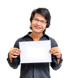 Hombre asiático de la sonrisa que muestra el papel en blanco Fotos de archivo