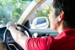 Hombre asiático que conduce el coche Fotos de archivo