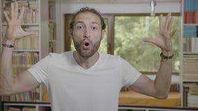 Hombre asombroso del inconformista que expresa gesto del mindblown y concepto mental de la experiencia de la reacción en casa - almacen de metraje de vídeo