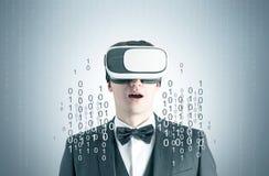 Hombre asombroso en vidrios, ceros y unos de VR imágenes de archivo libres de regalías