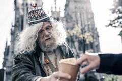 Hombre asqueroso borracho que vive en la calle y que pide a peatones foto de archivo