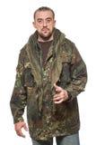 Hombre asustadizo adulto en una chaqueta del camuflaje A Imagen de archivo