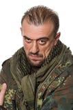 Hombre asustadizo adulto en una chaqueta del camuflaje A Imágenes de archivo libres de regalías