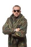 Hombre asustadizo adulto en una chaqueta del camuflaje A Foto de archivo