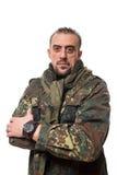 Hombre asustadizo adulto en una chaqueta del camuflaje A Imagen de archivo libre de regalías