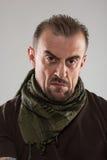 Hombre asustadizo adulto en una chaqueta del camuflaje una persona peligrosa Fotografía de archivo libre de regalías