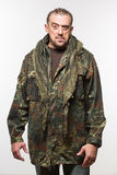 Hombre asustadizo adulto en una chaqueta del camuflaje una persona peligrosa Fotos de archivo libres de regalías