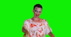 Hombre asustadizo del zombi con la boca sangrienta almacen de metraje de vídeo