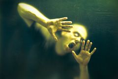 Hombre asustadizo del zombi de los undead imagen de archivo