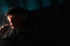 Hombre asustadizo en la obscuridad Foto de archivo