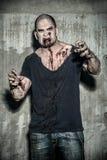 Hombre asustadizo y sangriento del zombi Foto de archivo