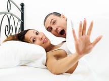 Hombre asustado cogido durante adulterio con la novia Imágenes de archivo libres de regalías
