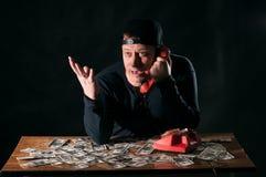Hombre asustado con el teléfono Imagen de archivo libre de regalías
