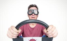 Hombre asustado con la boca abierta en gafas elegantes con el volante, concepto del conductor de coche Front View fotografía de archivo libre de regalías