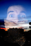 Hombre asustado con una mano en la boca sobre paisaje urbano Fotografía de archivo libre de regalías