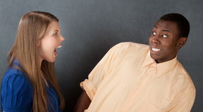 Hombre asustado por la mujer enojada Fotos de archivo