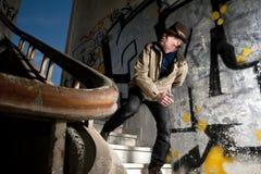 Hombre aterrorizado que camina abajo de las escaleras Imagen de archivo libre de regalías