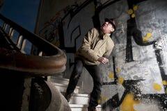 Hombre aterrorizado que camina abajo de las escaleras Foto de archivo libre de regalías
