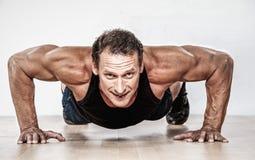 Hombre atlético de mediana edad foto de archivo