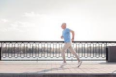 Hombre atlético envejecido que hace ejercicios y el funcionamiento cardiios Fotos de archivo
