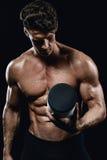 Hombre atlético hermoso que lleva a cabo un tarro de nutrición de los deportes Fotos de archivo libres de regalías