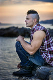Hombre atlético hermoso que mira lejos contra el cielo Fotografía de archivo libre de regalías