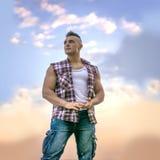 Hombre atlético hermoso que mira para arriba contra el cielo Fotos de archivo