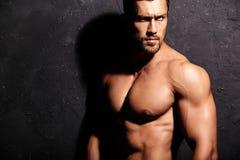 Hombre atlético hermoso sano fuerte foto de archivo libre de regalías