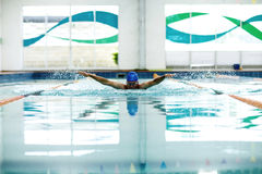 Hombre atlético joven con técnica de la natación de la mariposa Fotos de archivo libres de regalías