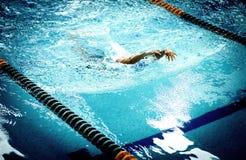 Hombre atlético joven con técnica de la natación de la mariposa Imagen de archivo