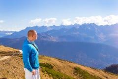 Hombre atlético joven, paisaje de la montaña, Sochi Foto de archivo libre de regalías