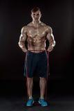 Hombre atlético joven que ejercita y que hace aptitud imagen de archivo