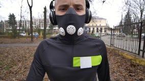 Hombre atlético joven que hace calentamiento antes de ejercicio y que activa almacen de metraje de vídeo
