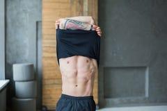 Hombre atlético muscular que muestra el torso desnudo foto de archivo