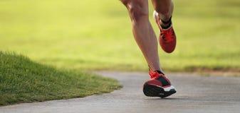 Hombre atlético que corre en la naturaleza imagenes de archivo