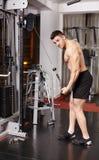 Hombre atlético que tira de pesos pesados Fotografía de archivo libre de regalías