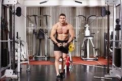 Hombre atlético que tira de pesos pesados Fotografía de archivo