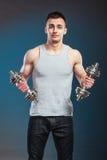 Hombre atlético que trabaja con pesas de gimnasia pesadas Foto de archivo