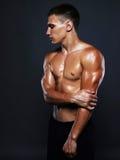 Hombre atlético hermoso deporte del levantamiento de pesas Fotografía de archivo libre de regalías