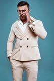 Hombre atractivo brutal elegante en traje y vidrios Foto de archivo libre de regalías
