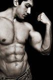 Hombre atractivo con el bíceps y el ABS musculares Imágenes de archivo libres de regalías