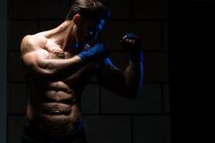 Hombre atractivo con el bolso del boxeo Imágenes de archivo libres de regalías