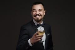 Hombre atractivo con el vidrio de champán en su mano Foto de archivo libre de regalías