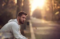 Hombre atractivo con la barba en paseo del otoño Fotos de archivo libres de regalías
