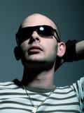 Hombre atractivo con las gafas de sol Fotografía de archivo libre de regalías