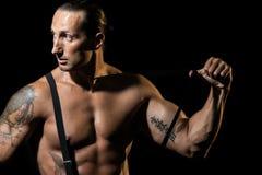 Hombre atractivo con las ligas negras sobre pecho desnudo Imágenes de archivo libres de regalías