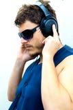 Hombre atractivo con los auriculares Fotos de archivo