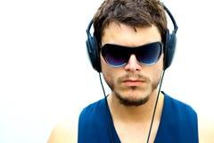 Hombre atractivo con los auriculares Foto de archivo libre de regalías