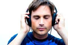 Hombre atractivo con los auriculares Fotos de archivo libres de regalías