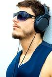 Hombre atractivo con los auriculares Fotografía de archivo libre de regalías